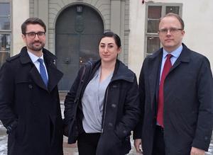 Connie Askenbäck tillsammans med sina juridiska ombud Fredrik Bergman (till vänster) och Clarence Crafoord, båda från den ideella organisationen Centrum för rättvisa.