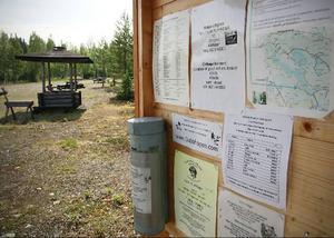 Naturcampingen i byn är iordningsställd av byborna själva. Flera eldstäder och stugor välkomnar gästerna.