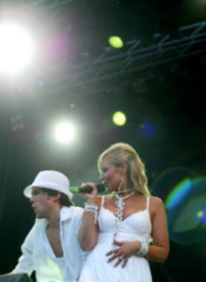 Sundsvall Allstar med Susanne Fällbrink vid mikrofonen fick inleda ingvigningen av årets Gatufest.