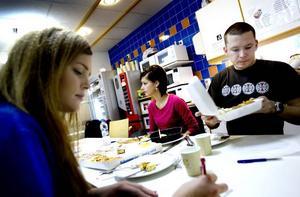 TESTAR SNABBMAT. Malin Smedberg, Suzana Pranjic och Patrik Parner gillade pizzan och thaimaten bäst, men konstaterar att det inte är någon mat man kan äta varje dag.