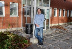 Mikael Öst börjar bli varm i kläderna efter 3 månader som ny rektor vid Arenaskolan. Han känner sig mycket motiverad för uppdraget.