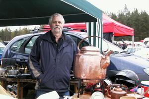 Håkan Edbom kom från Sveg för att sälja kaffekannor av koppar, den på bilden rymmer 20 liter och stekpannor med mera. Det var femte året han åkte till Lobonäs.