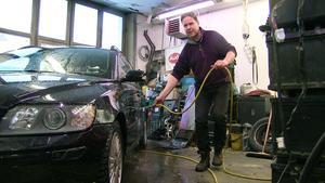 – Saltet äter upp bilen, säger Torbjön Jonsson som startat en namninsamling mot vägsalt.
