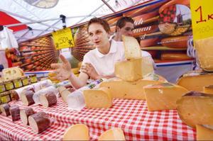 David Noom från Amsterdam är på torget för att sälja ost.