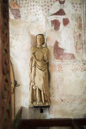 Skulpturen är nu fastmonterad i väggen och kan skådas i Alnö gamla kyrka.