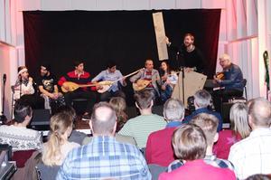 Ensemblen Bullermyren lärde publiken att sjunga på kurdiska. Foto: Lennart Cromnow