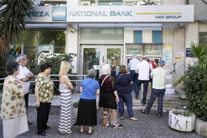 Lukas Pliakas vittnar om långa köer utanför bankomaterna.