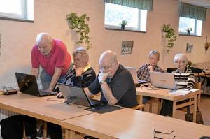 Datastudenter. Göran Norling, Karl-Erik Karlsson, Berit Pettersson och Gunnel Svanmark går en kurs för att lära sig mer om internet.