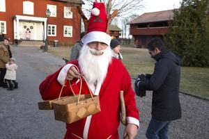 Tomten Lars-Olof Olsson bjöd besökarna på karameller och åtgången var enorm.