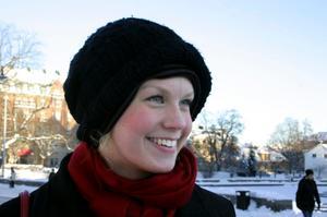 Ingrid Budde, 21 år, Uppsala:Du har inte bara en utan två mössor på huvudet?– Ja, den översta är min vanliga, men den är så luftigt stickad att jag var tvungen att leta rätt på en till och ha under.Har du ofta två mössor?– Nej, det har bara hänt den här vintern.