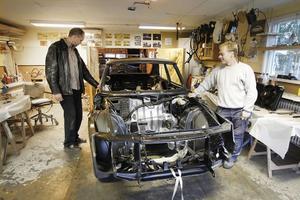 Hans Sundin visar sitt renoveringsprojekt för grannen Peter Kanzler. I två vintrar har han lagat rost på sin Saab 900 Turbo Aero, från 1989.
