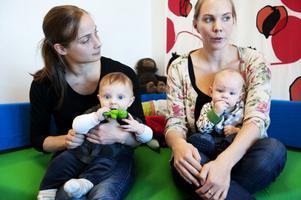 Malin Källgården och Sandra Häggquist tycker att medvetenheten om kemikalier är låg bland föräldrar. De försöker läsa på och inte köpa plastleksaker till sönerna Olle och Vilgot.