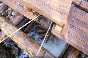 Skovelhjulet i skvaltkvarnen drivs av vattenkraft. Här doftar det tjära och linolja. Remmen dras i gång och den driver i sin tur konstruktionen som snurrar