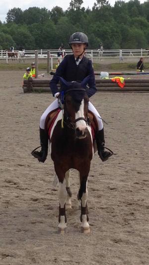 Linn Sjöström med sin ponny Willy Wild Star, tävlande för Storvik Ovansjö ridklubb.