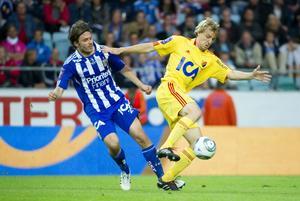 Johan Oremo i kamp med IFK Göteborgs Karl Svensson.