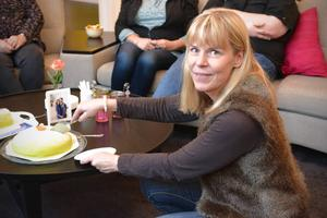 Ing-Marie Bergman karvade upp tårtan.