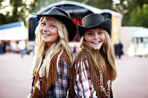 Uppvuxna med country. Jennie Wallin och Annelie Isaksson är födda in i countryns värld. Jennie har varit här med familjen varje år sedan hon föddes. Musikmässigt fanns det en del att se fram emot i år. – Särskilt Danni Leigh, hon är min stora idol, säger Jennie.