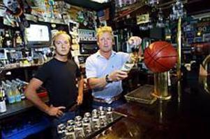 Foto: NICK BLACKMON Vill servera.  Freddie Larsson och Peter Hedlund har ansökt om att få servera öl, vin och sprit på morgnarna under VM.