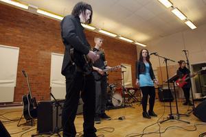 Musikeleverna på Slottegymnasiet turades om att uppträda och bidra med livemusik.