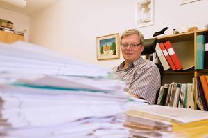 Det finns pappershögar och det finns pappershögar. På bygg och VVS-inspektörn Åke Möhrings kontor svämmar skrivbordet över av bygglovsansökningar från östersundarna.
