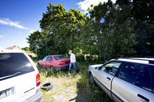 Adib Yamout konstaterar att skrotbilarna på tomten står kvar.