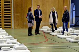 Marlene Westberg, enhetschef på Migrationsverket, Peder Björk (S), Sundsvalls kommunalråd, Pia Söderlund, verksamhetschef på Favi och Gunnar Åberg, säkerhetschef vid Sundsvalls Kommun är redo att ta emot 32 flyktingar i Hedbergska gymnastiksal.