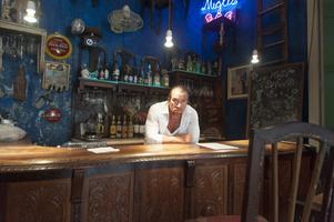 Jan Emanuel Johansson i baren på sin restaurang i Havanna.