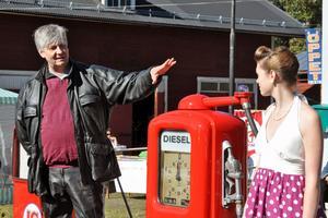 De knallröda pumparna fick kommunalrådet Ulf Hansson att minnas hur han tankade moppen som ung. Till höger Veronica Gustafsson, ungdomsansvarig för nostalgimacken.