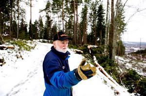 Vid sidan om elljusspåret och i förlängningen ner mot Medväga, cirka 800 meter från motionscentralen, ligger stora anhopningar av träd huller om buller. Det var bland annat här som de största dels över spåren, dels över ledningarna. Hans Nygren och ytterligare 7-8 personer började röja redan under julhelgen