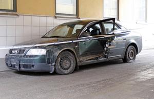 Polisens bild på den krockade Audin som användes när biltjuvarna försökte köra på en polisman, blev beskjuten, jagades genom centrala Örebro för att slutligen köra in i en husvägg på Hertig Karls Allé.