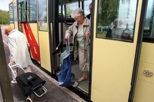 """Det är lätt att gå av och på bussarna på linje 16, bussen """"niger"""" så golvet kommer i jämnhöjd med trottoaren.  Sånt uppskattas av äldre som har rollatorer och matkassar på hjul."""