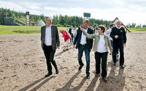 FÖREVISNING. FIS generalsekreterare Sarah Lewis visas runt på längdskidstadion av från vänster Mikael Rosén, Per Lehmann och Sven von Holst.Foto: ULF PALM