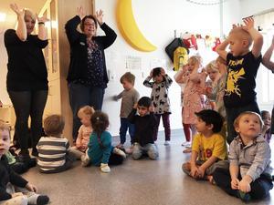 Avdelningen Snigeln på förskolan Blåsippan sjunger en låt ur Babblarna.