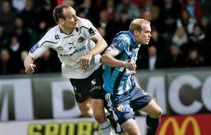 Patrik Haginge i en nickduell med ÖSK:s Kim Olsen på Behrn arena tidigare i våras.