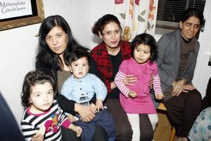 Sahida Söram med barnen Maria och Elias, Fattaneh Akhondzadeh med dottern Mahsa samt Khaleda Dinmohamad tyckte det var roligt att träffas på mötesplatsen.
