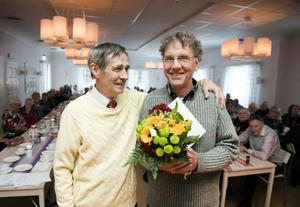 Bosse Dimle delade i går ut 2011 års ledarstipendium till Nisse Boremyr i Kvarnsvedens GoIF:s orienteringsklubb.