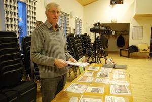 Revygeneralen Peter Lindgren har klippt ut många tidningsartiklar under året till revyn som har premiär i januari.