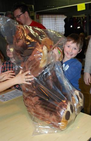 Gabriel Thelin Westlund är en riktig turkille. Under söndagens julfest i Säterdalen tog han ett av två förstapris, en jättenalle. I somras vann han en jättetiger på ett lotteri på Parken Zoo.