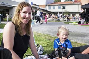 Johanna Stolt och Emil Stolt tycker att det är roligt på Barnens Allsång.