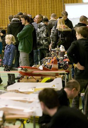 Det fanns många olika plan, helikoptrar och bilar på utställningen.