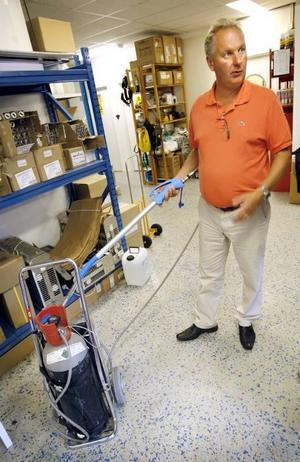 Kyla lockar fram och tar död på både vägglöss och andra skadeinsekter. – Med den här kan man spruta koldioxid som är 70-80 grader kall, säger Rolf Wickenberg, vd för Anticimex i Gävle.