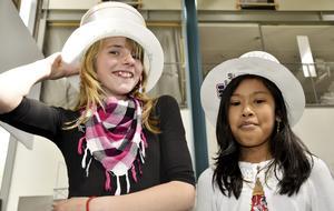 Hatt som också är en lampa. Berber Hobbenschot och Erni Taleb visar hur hatt-lamporna ska bäras.