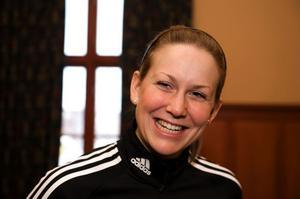 ÖSTERSUND 2008-12-05 En glad Helena Jonsson pratar med media i Östersund på fredagen, dagen efter segern i världscuppremiären i skidskytte. I morgon lördag står sprinttävlingar på programmet. Foto: Anders Wiklund / SCANPIX / Kod 10040