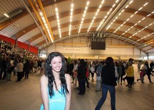 Elida Eliasson, 15, har precis gått ut åttonde klass. Hon var en av de elever som uppskattade att skolavslutningen flyttats från Sandvikens kyrka till Göransson Arena.