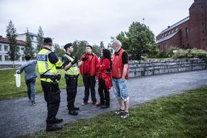 Nattvandrarna har nära och bra samarbete med polisen. Här diskuterar Ann-Christine Ögren, Lars Ros och Hans Nicolaisen läget med poliserna Pär Sundin och Lars Jonsson.