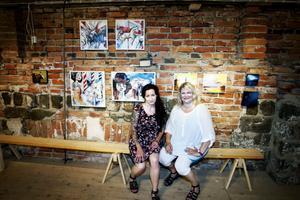 ELEVER. Emilia Lindberg och Marie Löfqvist framför sina verk.