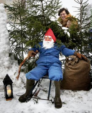 Vilken julstämning på Öraberget i Grängesberg! Tomten har anlänt med nisse, tomtelykta och en välfylld julklappssäck. Lea Rekilä har skapat ett tomteland i miniatyr till glädje för alla i grannskapet, barnen i synnerhet.