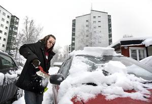 Det har kommit mycket snö under natten. Anna-Bella skottar fram sin bil för att kunna ta sig till dagens första arbetsplats. Över hela Örebro jobbar hon, både på Söder, Öster och Väster, och norrut utanför stan.