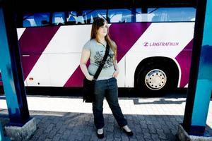 """Tanya Romstad från Östersund åker ofta kollektivt. """"Jag åker nästan varje dag. Då betalar jag med kontokort"""", säger hon. Busstrafiken i Jämtland är bra tycker hon. """"Jag har ett allmänt positivt intryck"""" säger Tanya Romstad. Foto: Henrik Flygare"""