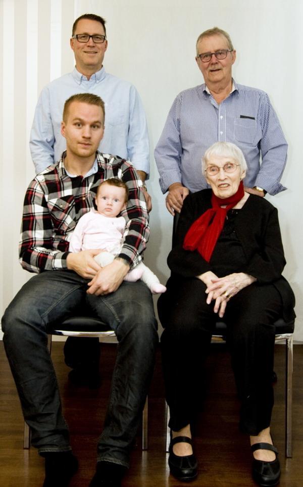 Fem generationer. På bilder ser vi familjen Wallin. Överst till vänster står Peter bredvid sin far Bosse. Sittande bredvid Ulla ser vi Pontus som håller sin dotter Adele.
